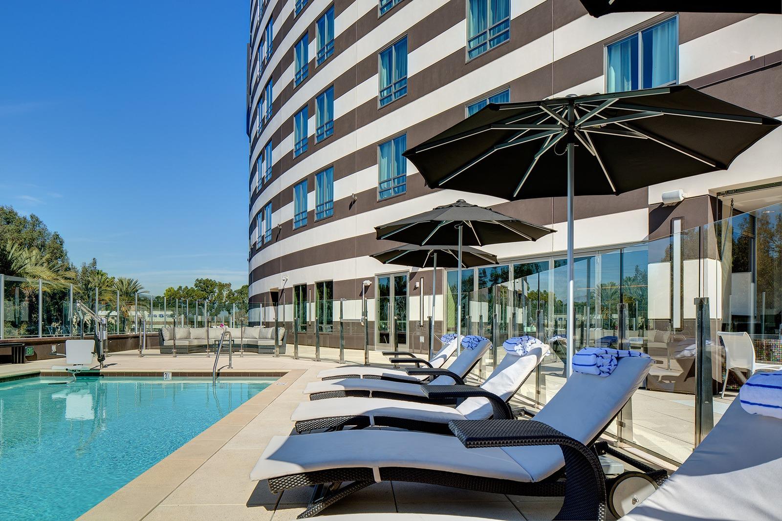 pool_lounge_chairs